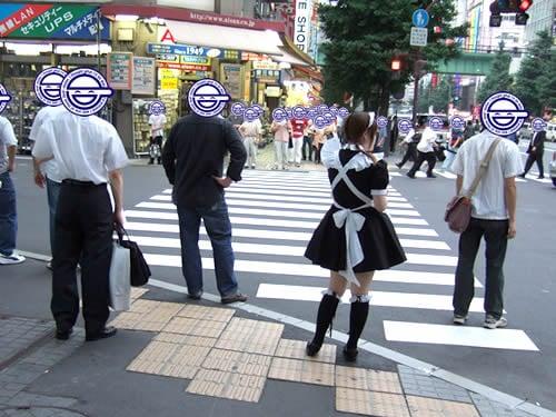 メイドさんが横断歩道で信号待ち