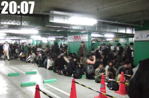 任天堂Wii [ウィー]発売前夜の午後8時、ヨドバシアキバに目見当で600人超