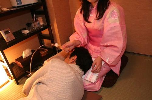 山本耳かき店 秋葉原店オープン 浴衣の女性が、膝枕で耳かき