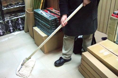 武装商店、今度はモップに刀を仕込んだ「仕込モップ」