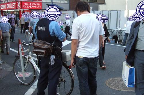 路上で海賊版売る中国人 警官が捕まえたわけじゃなかった