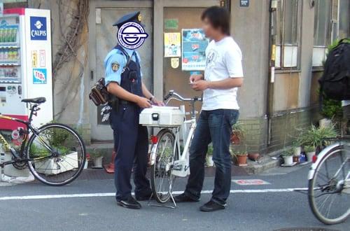 来ていた警官は、自転車に乗った1人だけ