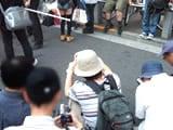 ミニスカートをローアングルから撮影していた人達
