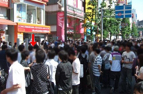 女子高生?2人組は、とらのあな1号店前で、たくさんの人が囲まれていた