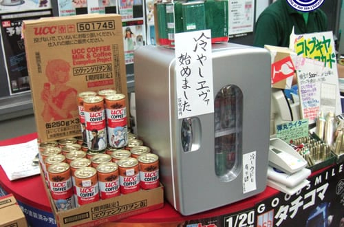 カウンターに小型冷蔵を設置して、何本かを「冷やしエヴァ」で販売