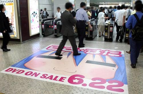JR秋葉原駅・電気街口改札には、「こなた」床広告