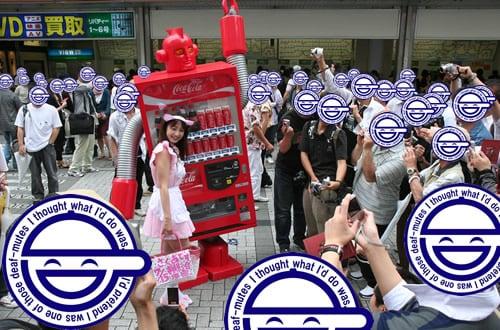 「ベンディングマシン レッド」 ネコ耳メイド服の女性らと一緒にポーズ