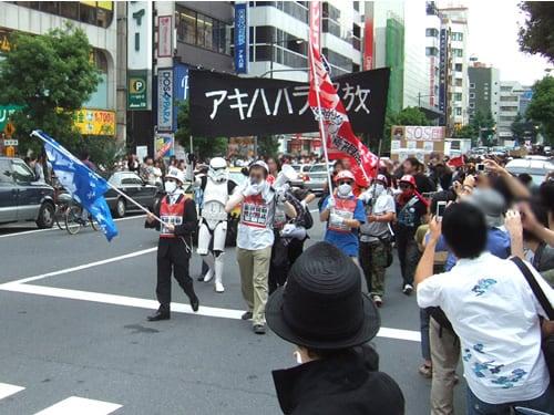 デモの先頭は「アキハバラ解放」の旗