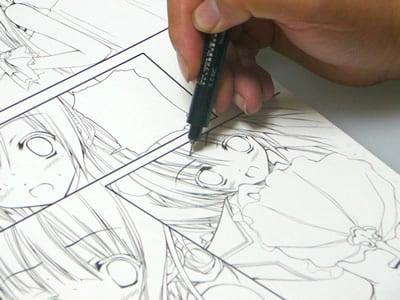 てぃんくる先生のマンガ制作の様子。そしてペン入れ。ペンはミリペンの0.03ミリを使用。「0.05ミリも時々使いますが、ちょっと太すぎますね」とのこと。