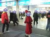 秋葉原駅前の真紅