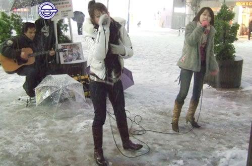AKI&ELISSAが、雪の降る中、秋葉原駅近くでストリートライブ