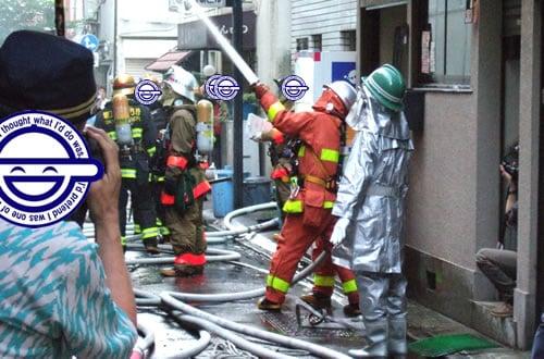 昭和通り側、ヨドバシ近くで火事。民家?が全焼